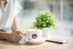 Uma xícara de café no café fotos de stock