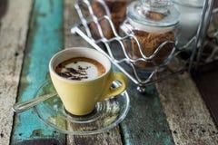 Uma xícara de café no fundo de madeira Fotografia de Stock