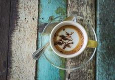 Uma xícara de café no fundo de madeira Foto de Stock