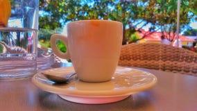 Uma xícara de café no restaurante, na tabela imagem de stock