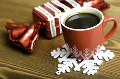 Uma xícara de café, um floco de neve e uns doces do Natal Imagem de Stock Royalty Free