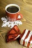 Uma xícara de café, um floco de neve e uns doces do Natal Imagem de Stock