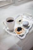 Uma xícara de café um sanduíche do caviar preto em uma bandeja de prata Milionário do café da manhã imagem de stock