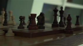 Uma xadrez na placa de xadrez video estoque