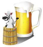 Uma zebra dentro de um recipiente de madeira com um vidro da cerveja nos vagabundos Imagem de Stock Royalty Free