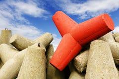 Umacnia przeciw burz fala, jeden jest czerwony Fotografia Stock
