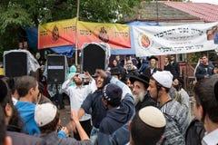 Uman, Ucrania, 13 09 2015: Los hombres judíos en Kippah y la ropa negra son de risa y que toman de la foto en la calle fotografía de archivo