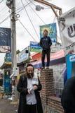 Uman, Ukraina, 13 09 2015: Żyd mężczyzna w Kippah z brodą chodzi na ulicie z udziałami signboards pisać w hebrajszczyźnie fotografia royalty free
