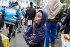 Uman, Ukraina, 13 09 2015: Żydowska chłopiec z Payots w hoodie jest ulicą na tle tam, jest mnóstwo żyd obrazy royalty free