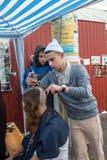 Uman, Ukraina, 13 09 2015: Podczas ostrzyżenia outdoors Żydowscy mężczyźni zdjęcia stock