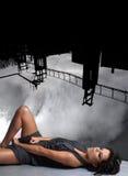 Umarbeiten Sie Eintragfaden einer Dame auf einem abstrakten Hintergrund n Stockbild