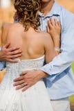 Umarmen der Braut Stockfoto