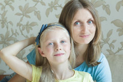 Umarmen der Mutter und ihres Familienporträts der jugendlichen Tochter Stockfotografie