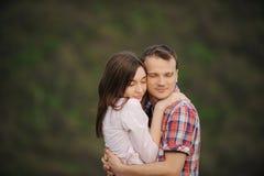 Umarmen der Paare Lizenzfreie Stockbilder