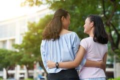 Umarmen der Schwestern Lizenzfreie Stockbilder