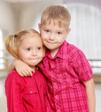 Umarmen des kleinen Jungen und des Mädchens Lizenzfreies Stockbild
