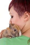 Umarmen eines Kaninchens lizenzfreie stockfotografie