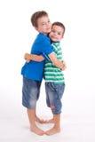 Umarmen mit zwei Jungen Stockbilder