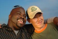 Umarmen mit zwei Männern Lizenzfreie Stockfotografie