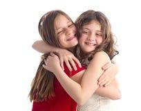 Umarmen mit zwei schönes Schwestern lokalisiert Lizenzfreies Stockfoto