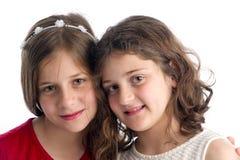 Umarmen mit zwei schönes Schwestern lokalisiert Lizenzfreie Stockbilder