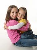 Umarmen mit zwei Schwestern Stockbild