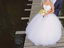 Umarmen von Paaren auf Brücke stockfotografie