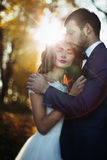 Umarmende und aufwerfende Märchen romantische valentyne Jungvermähltenpaare Lizenzfreie Stockfotografie