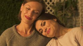 Umarmende und lächelnde Frauen, starke weibliche Freundschaft, zuverlässige Verhältnisse stock video footage