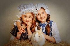 Umarmende und lächelnde Weinlesedorfmädchen Stockfotografie