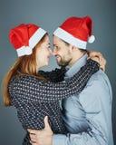 Umarmung des glücklichen Paars und Liebesweihnachten Lizenzfreies Stockfoto