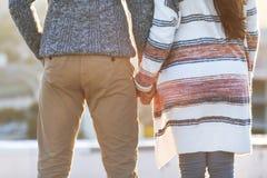 Umarmung des jungen Mannes und der Frau und haben Spaß draußen stockbilder