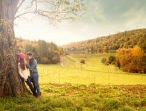 Umarmung im Herbstpark stockfotografie