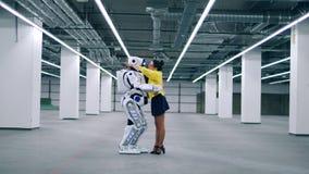 Umarmungen einer Dame und des menschlich ähnlichen Cyborg stock video
