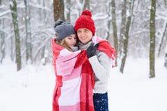 Umarmungen von schönen Paaren im Plaid Lizenzfreies Stockbild