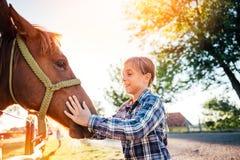 Umarmungspferd des kleinen Mädchens lizenzfreies stockbild