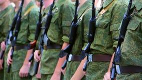 Umas forças armadas do close-up que guardam espingardas de assalto filme
