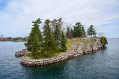 Umas ilha e casa de praia pequenas em St Lawrence River foto de stock royalty free