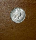 Umas seis moedas de prata velha da moeda de um centavo das moedas de um centavo com um tampo da mesa w do fundo Foto de Stock Royalty Free