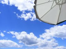 Umbella de la playa en el cielo azul imagen de archivo