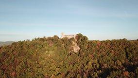 Umbertide, Pérouse Vue aérienne avec le bourdon du château abandonné banque de vidéos