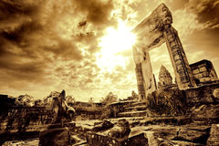 Umbral en ruina del templo imagenes de archivo