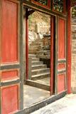 Umbral rojo y escaleras de piedra, Pekín Imagenes de archivo