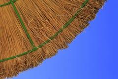 Umbrealla auf dem blauen skyt Lizenzfreie Stockfotografie