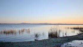 Umbrië, Italië, landschap van Trasimeno-meer bij zonsondergang royalty-vrije stock foto