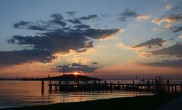 Umbria Italien, Trasimeno sjö, den San Feliciano pir på solnedgången arkivfoto