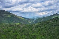 Umbrian Apennines med grönt trä och blå himmel med moln, Umbria, Italien Royaltyfri Foto