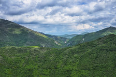 Umbrian Apennines mit grünem Holz und blauem Himmel mit Wolken, Umbrien, Italien lizenzfreies stockfoto