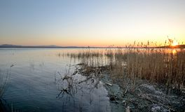 Umbrien, Italien, Landschaft von Trasimeno See bei Sonnenuntergang stockfotografie