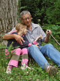 Umfaßte Enkelin mit Großvater Stockfotografie